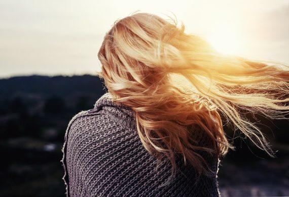 Naturalne metody pielęgnacji włosów vs. szkodliwe kosmetyki